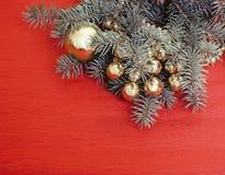 Árvore de Natal com os brinquedos no espaço da cópia do fundo Fotos de Stock