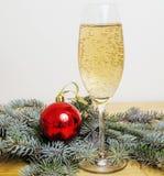 Árvore de Natal com os brinquedos no espaço da cópia do fundo Imagens de Stock Royalty Free
