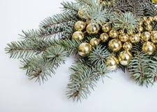 Árvore de Natal com os brinquedos no espaço da cópia do fundo Fotografia de Stock Royalty Free