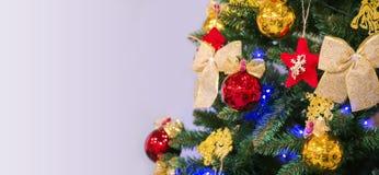 Árvore de Natal com os brinquedos no fundo branco Para cartões de Natal, ilustrações do ano novo dos cumprimentos imagem de stock