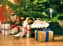Árvore de Natal com presentes de Natal Fotos de Stock Royalty Free