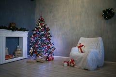 A árvore de Natal com presentes, festão ilumina o ano novo 2018 2019 Imagens de Stock