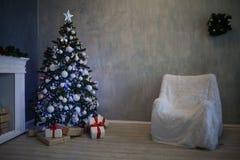 A árvore de Natal com presentes, festão ilumina o ano novo 2018 2019 Imagens de Stock Royalty Free