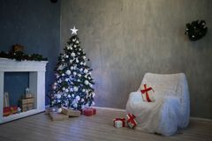 A árvore de Natal com presentes, festão ilumina o ano novo 2018 2019 Fotos de Stock Royalty Free