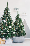 Árvore de Natal com sala branca dos presentes Fotografia de Stock