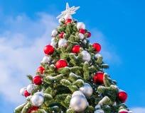 Árvore de Natal contra o céu foto de stock