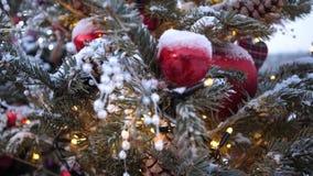 Árvore de Natal da rua Bolas, festões e decorações do Natal em árvores do abeto vermelho filme