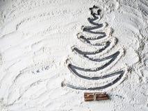 Árvore de Natal dada forma da estrela e da canela da farinha foto de stock
