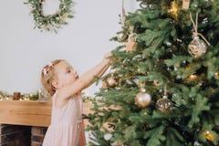 A árvore de Natal das decorações da criança brinca o interior home fotografia de stock royalty free