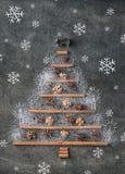 Árvore de Natal das especiarias do Natal do traditonal e dos flocos de neve, fundo do Natal Fotos de Stock Royalty Free