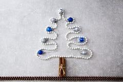 Árvore de Natal das pérolas, das varas de canela e das bolas do Natal T Foto de Stock