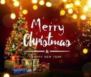 Árvore de Natal decorada bonita com caixas atuais Imagem de Stock