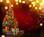 Árvore de Natal decorada bonita com caixas atuais e mágica Fotografia de Stock