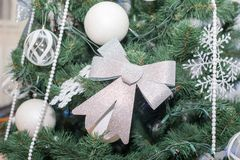 Árvore de Natal decorada bonita Fundo do feriado fotos de stock royalty free