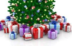 Árvore de Natal decorada com as caixas de presente isoladas imagens de stock royalty free