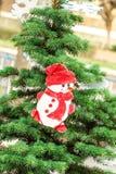 Árvore de Natal decorada com estatueta do boneco de neve imagens de stock royalty free