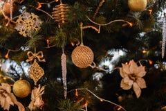 Árvore de Natal decorada com festões, estrelas, flor, doce e luzes de Natal no fundo do bokeh bonito Fotos de Stock