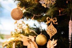 Árvore de Natal decorada com festões, estrelas, flor, doce e luzes de Natal no fundo do bokeh bonito Imagens de Stock