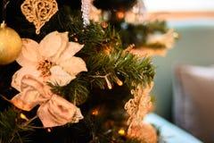 Árvore de Natal decorada com festões, estrelas, flor, doce e luzes de Natal no fundo do bokeh bonito Imagens de Stock Royalty Free