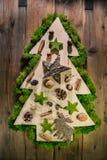 Árvore de Natal decorada com material natural da floresta fotos de stock