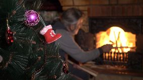 Árvore de Natal decorada com o homem superior perto da chaminé no fundo video estoque