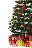 Árvore de Natal decorada com os presentes no fundo branco, fim acima Foto de Stock Royalty Free