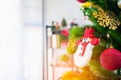 Árvore de Natal decorada com suspensão da bola vermelha, boneca da neve fotos de stock royalty free