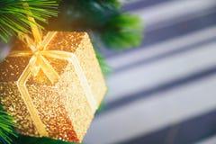 Árvore de Natal decorada com suspensão da caixa dourada fotografia de stock royalty free