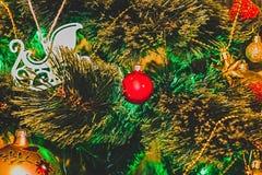 Árvore de Natal decorada com um close-up luminoso da festão Y novo fotos de stock