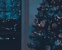 Árvore de Natal decorada e iluminada bonita na noite Decoração do interior do Natal fotos de stock