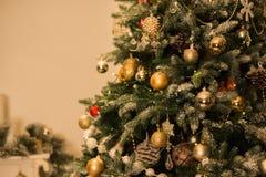 Árvore de Natal decorada em máscaras mornas, acolhedores foto de stock