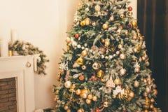 Árvore de Natal decorada em máscaras mornas, acolhedores imagem de stock
