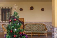 Árvore de Natal decorada em um pátio acolhedor Imagem de Stock