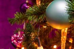 Árvore de Natal decorada em um tema roxo com um ciano proeminente imagens de stock