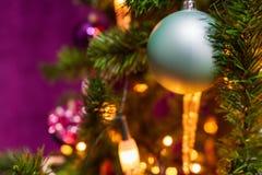 Árvore de Natal decorada em um tema roxo com um ciano proeminente imagem de stock
