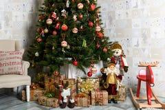 Árvore de Natal decorada no fundo borrado, efervescente e feericamente Foto de Stock