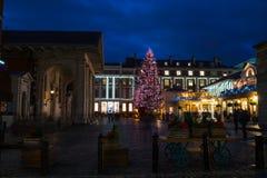 Árvore de Natal decorada no jardim de Covent, Londres Reino Unido Imagens de Stock