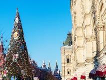 Árvore de Natal decorada no quadrado vermelho em Moscou fotografia de stock royalty free