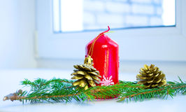 Árvore de Natal decorada por presentes dos presentes das luzes Imagens de Stock