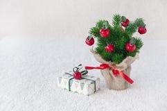 Árvore de Natal decorativa no fundo branco imagens de stock