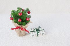 Árvore de Natal decorativa no fundo branco imagem de stock royalty free