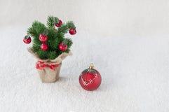Árvore de Natal decorativa no fundo branco imagens de stock royalty free