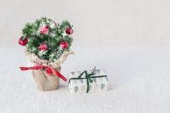 Árvore de Natal decorativa no fundo branco imagem de stock