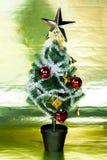 A árvore de Natal decorou ornamento do wiith no fundo brilhante do ouro rico - comprimento completo Fotografia de Stock Royalty Free