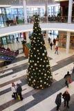 Árvore de Natal dentro do centro comercial Fotografia de Stock