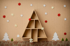A árvore de Natal deu forma à caixa de presente e às decorações, no fundo do cartão Fotografia de Stock
