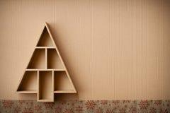 A árvore de Natal deu forma à caixa de presente e às decorações, no fundo do cartão Imagens de Stock
