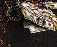 A árvore de Natal do ano novo é rasgada com neve e em toda parte dinheiro, dinheiro, dólares imagem de stock royalty free