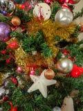 Árvore de Natal do fundo decorada com bolas fotos de stock