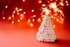 Árvore de Natal do marshmallow no fundo vermelho foto de stock